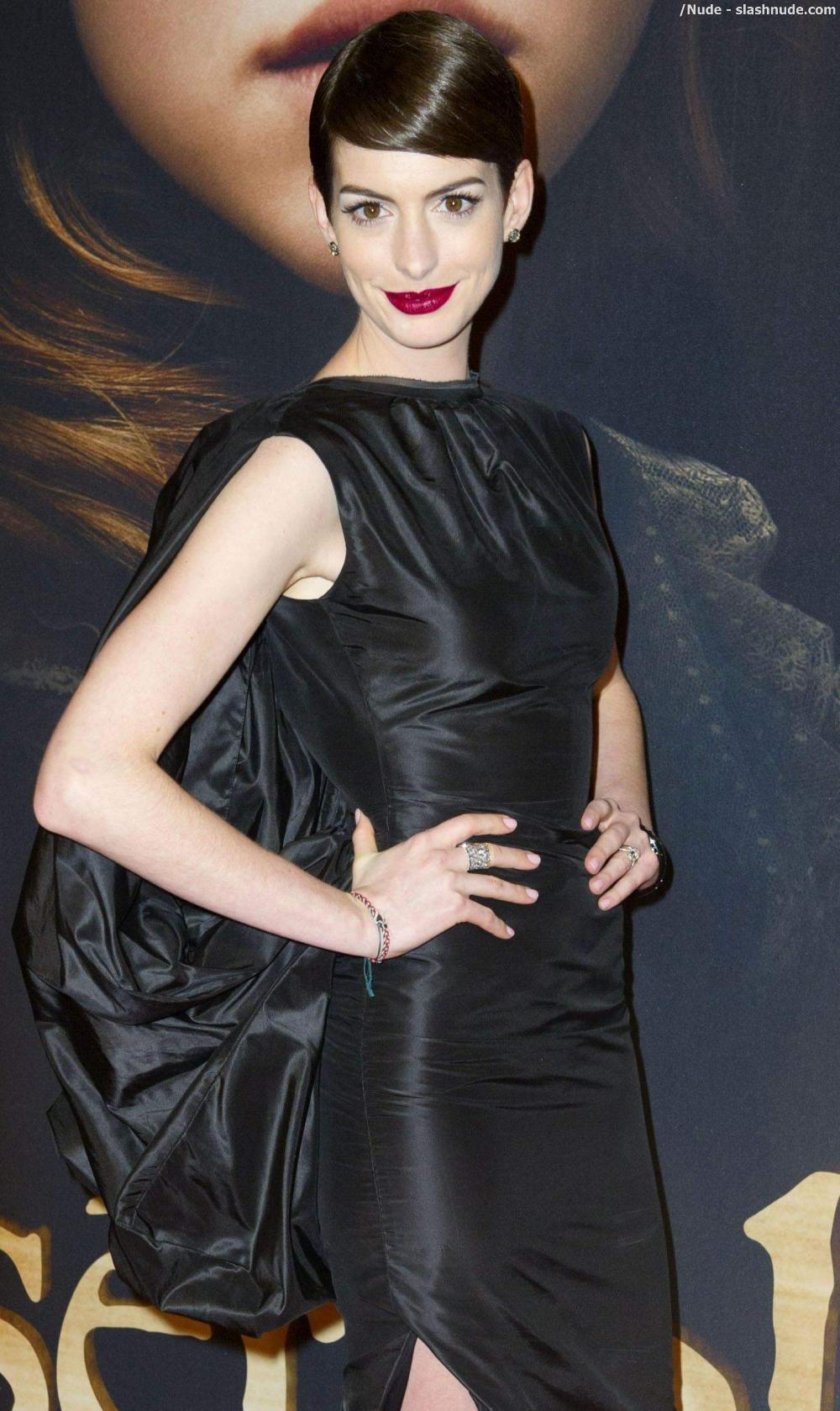 Anne Hathaway No Underwear Look Flashes Her Pussy 4