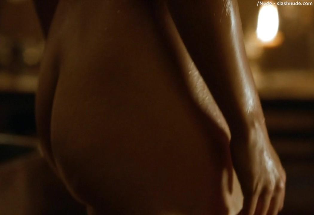 Emilia Clarke Nude Out Of The Bath On Game Of Thrones 13