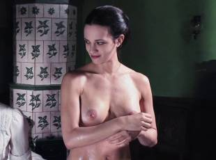 asia argento nude for a fun bath in dracula 8439 14