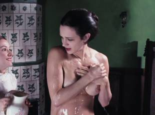 asia argento nude for a fun bath in dracula 8439 16