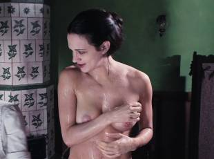 asia argento nude for a fun bath in dracula 8439 17