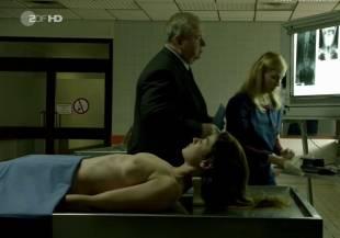 elodie houdas topless in der staatsanwalt 8008 3