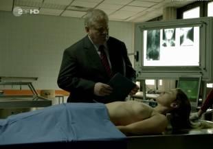 elodie houdas topless in der staatsanwalt 8008 9
