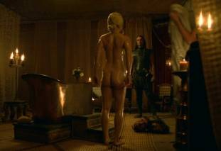 emilia clarke nude out of the bath on game of thrones 2410 17