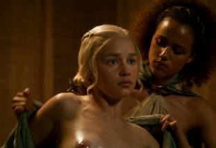 emilia clarke nude out of the bath on game of thrones 2410 18