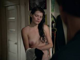 emma greenwell topless to drop the towel on shameless 1586 15