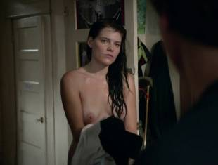 emma greenwell topless to drop the towel on shameless 1586 16