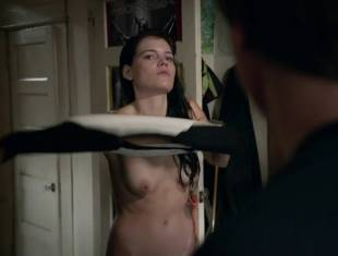 emma greenwell topless to drop the towel on shameless 1586 19