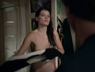 emma greenwell topless to drop the towel on shameless 1586 20