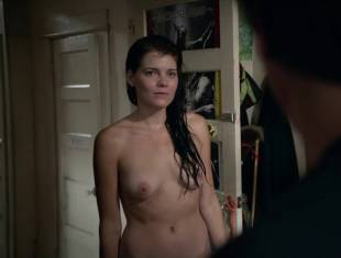 emma greenwell topless to drop the towel on shameless 1586 5