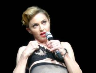 madonna pulls down bra to expose her breast in istanbul 2989 10