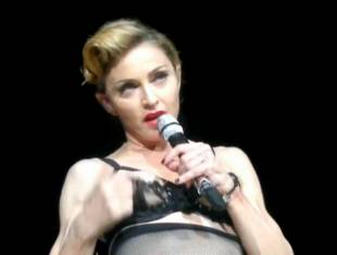 madonna pulls down bra to expose her breast in istanbul 2989 9