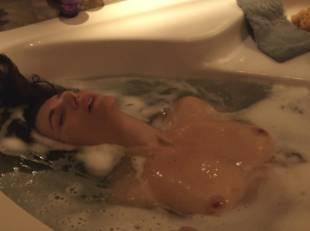 natacha lindinger topless tub la famille katz 5007 11