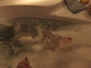 natacha lindinger topless tub la famille katz 5007 16