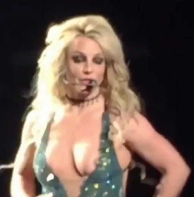 у девушки на концерте выскочила грудь - 8